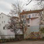 Vor dem Umbau: Der zweigeschossige Backsteinbau vom Innenhof der angrenzenden Schule aus gesehen. Bild: g20 GmbH