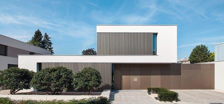 Die geschlossene Eingangsfassade schirmt Innenleben und Garten ab. Alle Bilder: Markus Raupach