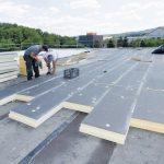 Große_Dachflächen_sind_mit_PU-Dämmstoff_Secure_schnell_und_solide_gedämmt._Foto:_puren