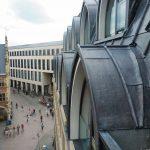 Die Münsteraner Spitzbogenfenster ermöglichen raumhohe Fensterflächen an den Schrägen, verkleidet mit Walzbleischaren in 2 und 2,5 mm Dicke. Bild: Röhr + Stolberg