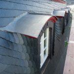 Für denkmalgeschützte und zu sanierende Gaubendächer bietet sich Walzblei durch seine Kaltformbarkeit an. Bild: Röhr + Stolberg GmbH
