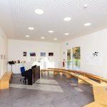 Zimmer für den Musikunterricht mit halbkreisförmigen Bänken. Bild: Tölle Studios GmbH, Iserlohn