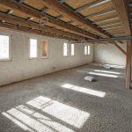 Großer Raum mit freiliegendem Gebälk und Leichtestrich. Bild: David Franck