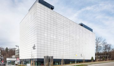Streckmetall-Fassade mit Schiebeläden am Deutschen Zentrum für Luft- und Raumfahrt in Stuttgart. Bild: Colt International GmbH