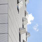 Platten aus gelochtem Blech vor Glasfassade. Bild: Colt International GmbH