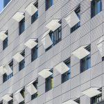 Platten aus gelochtem Blech vor der eigentlichen Fassade. Bild: Colt International GmbH