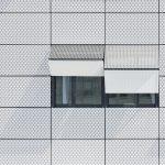 Platten aus gelochtem Blech vor Glasfenstern. Bild: Colt International GmbH