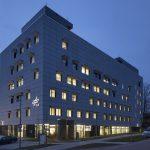 Mehrgeschossiges Gebäude am Abend. Bild: Colt International GmbH