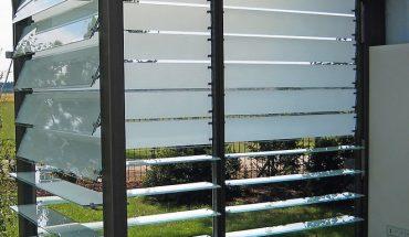 Gestufte oder überlappende Lamellen Wetter-, Sicht- und Sonnenschutz