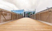 Für Terrassen, Balkone und Stege in über 65 cm Höhe eignet sich Kebony Clear: Das erste modifizierte Holz mit bauaufsichtlicher Zulassung. Bild: Kebony