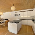 Küche mit Holzboden und Holzdecke. Bild: Lignotrend/Fotograf: BOSA Bohumil Šálek, Bratislava