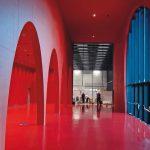 Farbe und Form der ellipsenförmigen Fassadeneinschnitte werden im Foyer wieder aufgegriffen. Bild: Messe Dornbirn GmbH