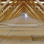 Tragende, OSB-beplankte Kastenelemente bilden die Dachfläche: Raum und Flächen für Installationen über dem Untergurt der Fachwerkträger. Bild: Messe Dornbirn GmbH