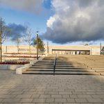 Großzügiger Vorplatz mit Treppenanlage an der Westseite des neuen Gebäudes. Bild: alwitra