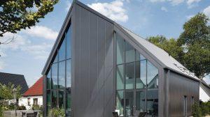 Mit Sandwichpaneelen erzielte man eine unkonventionelle Architektur. Bild: Kingspan GmbH
