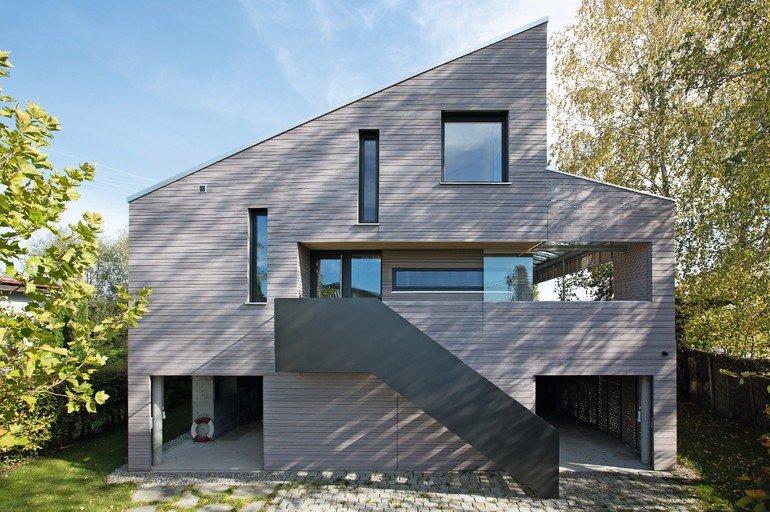 Holzhaus auf Stützen mit Sichtholzoptik der Weißtanne - außen und innen. Bild: © Florian Kunzendorf