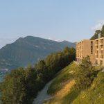 Die fünfstöckigen Villen verfügen auf jeder Etage über einen halbseitigen bzw. durchgehenden Balkon. Bild: Bürgenstock Hotels AG