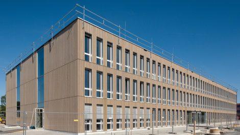 Modulbauweise in Großformat mit sichtbaren Holzoberflächen. Bild: Erne AG Holzbau | Raumwerk & Spreen Architekten AG | Thomas Koculak