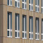 Das Schulgebäude besteht aus 210 Modulen mit ca. 8600 m² BGF für rund 60 Klassenzimmer auf drei Etagen. Bild: Erne AG Holzbau | Raumwerk & Spreen Architekten AG | Thomas Koculak