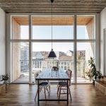 Den Innenraum prägen eine reduzierte Materialsprache mit Holz und Beton sowie hohe Decken und luftige Loggien. Bild: Rasmus Hjortshoj