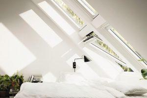 Schlafzimmer mit in die Dachschräge eingelassenen Fenstern. Bild: Velux Deutschland GmbH
