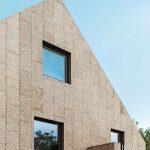 Giebelwände inklusive Balkon und Dachflächen sind mit Sichtkorkplatten verkleidet. Bild: Gui Rebelo / rundzwei Architekten