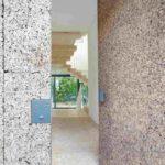 Die Korkplattenverkleidung an der Fassade wird am Hauseingang fortgeführt. Bild: Gui Rebelo / rundzwei Architekten