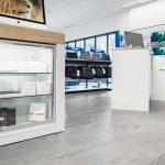 Für Verkaufsinseln von hochwertigen Produkten empfiehlt sich ein repräsentativer Bodenbelag, der ergonomisch ist und zugleich leicht zu reinigen. Bild: Daniel Vieser