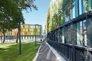 Die charakteristische, organische Form des Gebäudeensembles soll an biologische Zellstrukturen erinnern und eine neue Identität für das DZNE auf dem Campus Venusberg in Bonn schaffen. Bilder: Velux / Jesper Blaesild