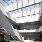 Das Atrium-Lichtband im Hauptgebäude lässt das Tageslicht tief ins Gebäudeinnere fallen. Bild: Velux / Jesper Blaesild