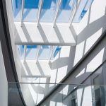 Das ellipsenförmige Atrium-Sattel-Lichtband nimmt die Form des Laborgebäudes auf und wird zum architektonischen Blickfang. Bild: Velux / Jesper Blaesild