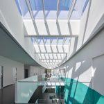 """Insgesamt 110 Module """"Velux Modular Skylights"""" sorgen im Laborgebäude des DZNE für Tageslicht und frische Luft. Bild: Velux / Jesper Blaesild"""