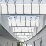Ein dezentes Design mit Niedrigprofilrahmen und eine nicht sichtbare Mechanik für die zu öffnenden Module sind unverzichtbare Voraussetzungen, wenn das Glasdach architektonischer Mittelpunkt sein soll. Bild: Velux / Jesper Blaesild