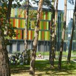 Geschosshohe Glaslamellen, farblich inspiriert vom umgebenden Kiefernwald, fungieren als Sonnenschutz und prägen die Außenansicht der Gebäude am neuen Standort in Bonn. Bild: Velux / Jesper Blaesild