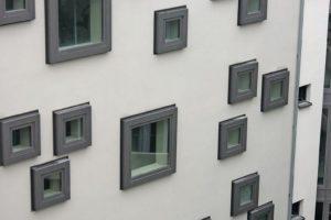 Weit außen liegende Fenster als Gestaltungsmittel