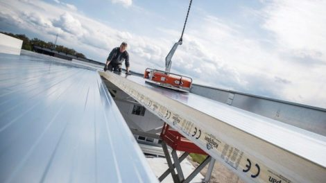 Systemelement von Kingspan wird auf flach geneigtem Dach verlegt