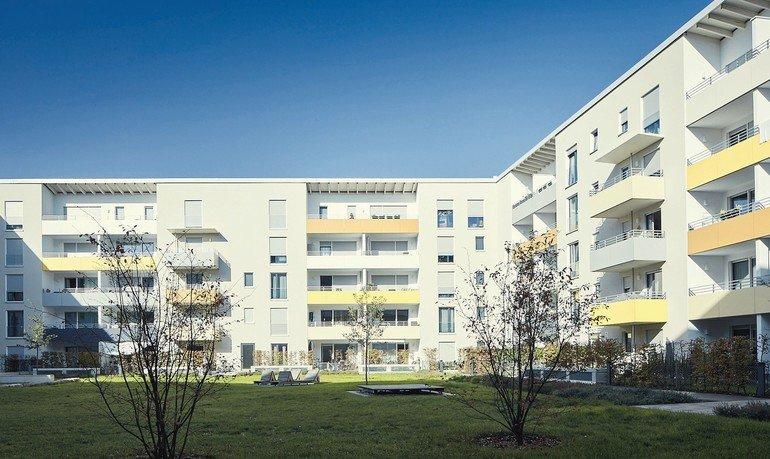 Zur Rückseite öffnet sich der Gebäudekomplex zu einem begrünten Innenhof. Bild: AEG Haustechnik