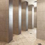 Auch in den Duschbereichen wurden Fliesen der Reihe Quarzit verwendet. Ein Auftrag aus feinem Glasgranulat sorgt für eine natürlich-warme Anmutung. Bild: Agrob Buchtal GmbH / Atelier Bürger, Schwandorf