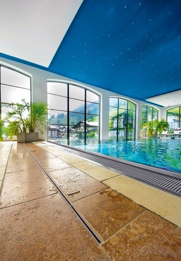 Wellnesshotel ohne Sickernässe: Elegant entwässert mit Badrinne. Bild: Aschl GmbH