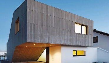Die markanten Fassadenelemente sind auf 24 cm Kalksandsteinmauerwerk montiert mit 14 cm Wärmedämmung.