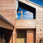 Individuell gefertigt: Raumhohe Dreiecks-Holzfenster. Bild: Kneer-Südfenster