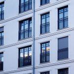 Energieeffiziente Aluminium-Holz-Fenster mit Sprossen im Neubau einer Mehrfamilienhausanlage im Dresdner Stadtteil Striesen, einem historisch gewachsenen Villenviertel. Bild: Kneer-Südfenster