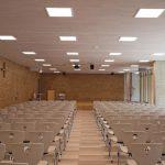 """Aula mit LED-Einbauleuchten """"lopia-Q"""" mit Tunable White-Technik mit dynamischem Licht individuell beleuchtet"""
