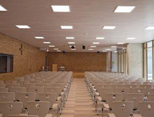 """Die neue Aula wird von LED-Einbauleuchten """"lopia-Q"""" vmit Tunable White-Technik mit dynamischem Licht individuell beleuchtet. Bild: Lichtwerk"""