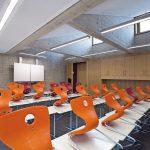 Klassenzimmer mit LED-Wandfluter für Tafelbeleuchtung