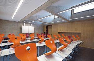 """In den Klassenzimmern ist als moderne Tafelbeleuchtung die LED-Wallwasher-Serie """"micro"""" installiert. Bild: Lichwerk"""