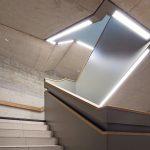 Lichtkanäle in Sichtbeton-Treppenhaus