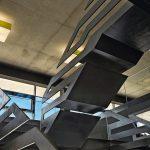 Erschließung und Designobjekt zugleich: Stufen und Handlauf der Stahltreppe sind aus einem Guss gefertigt. Bild: Ester Havlova