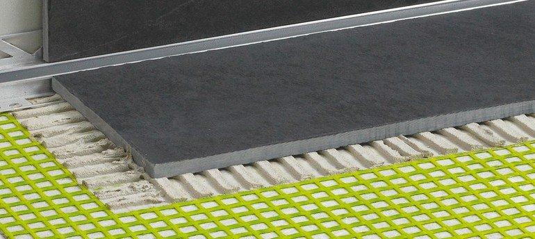 Entkopplungsmatte für sichere Verlegung von Großformatfliesen. Bild: Proline Systems