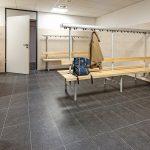 Insgesamt wurden bei der Sanierung 850 m² Wandfliesen und 600 m² Bodenfliesen, 60 laufende Meter Stufenfliesen, alle im Großformat von 30 x 60 cm sowie 20 m² Mosaik in Hellbeige und Anthrazit verlegt. Bild: Rako